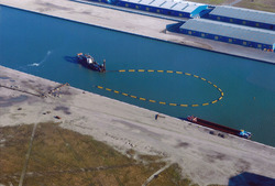 Luchtfoto van het op diepte baggeren van de nieuwe kade in de...