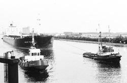 Zeeschip Agosy Pacific vaart met de sleepboten Westdiep en Zeeland...