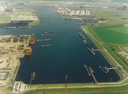 Luchtfoto van een gedeelte van de Van Cittershaven met de...