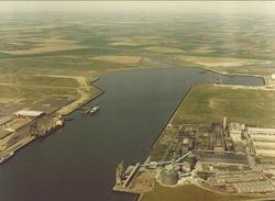 Luchtfoto van een gedeelte van de Sloehaven met Pechiney Nederland...