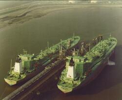 Luchtfoto van de LPG tankers Berge Sund en Berge Sisu aan het...