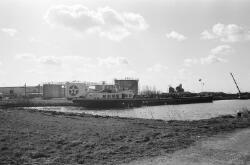 Binnenvaartschip bij de vestiging van Texaco op het Kanaaleiland...