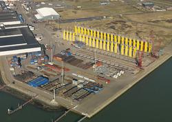 Luchtfoto opslag onderdelen van windmolens aan de Bijleveldhaven.