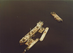 Overslag van een zeeschip met drijvende kraan van Ovet, bij de boeien...