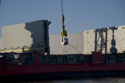 Lossen van een schip bij Outokumpu Steel processing in Terneuzen/.