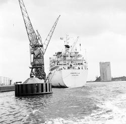 Zeeschip in de Zevenaarhaven, maart 1978.