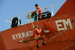 Overschilderen van een scheepsnaam op een zeeschip in de haven van...
