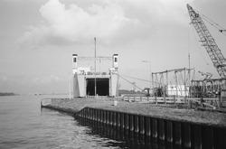 Ro-ro schip met open laadklep aan de ro-ro 1 kade in de Zevenaarhaven.