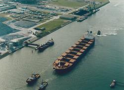 Luchtfoto van een bulkcarrier in de Van Cittershaven te...