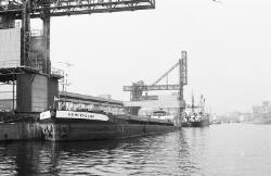 Binnenvaartschip Kempenland aan de kade bij de Zuid Chemie te Sas van...