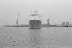 Ro-ro schip van de bore ro-ro line gaat afmeren aan de ro-ro kade in...