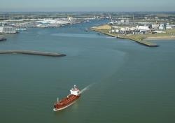 LPG tanker verlaat het havengebied Vlissingen-Oost.