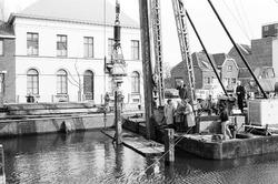 Het plaatsen van meerpalen in Zijkanaal H, aan de Oostkade te Sas van...