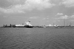 Zeeschip aan steiger bij Dow Chemical in de Braakmanhaven.