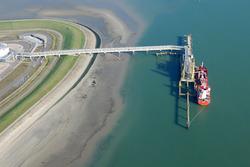 Luchtfoto van de steiger Oiltanking, Valuepark Terneuzen.