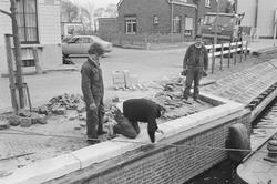 Vernieuwen van een kademuur in Zijkanaal H te Sas van Gent.