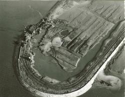 Luchtfoto aanleg glooiing op de hoek van de Sloehaven met de Van...