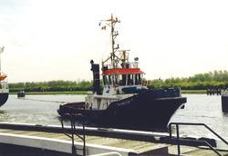 Sleepboot op het kanaal nabij de zeesluis van Terneuzen. Foto gemaakt...