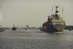 Kanaal van Gent naar Terneuzen, zeeschepen op het kanaal bij...