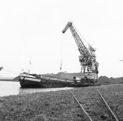 Overslag met drijvende kraan van Ovet B.V. in de Massagoedhaven.