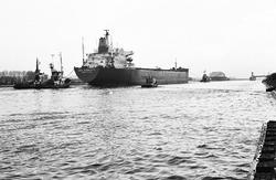 Zeeschip Dora Oldendorff met sleepboten op het kanaal nabij brug...