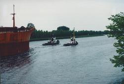 Kanaal van Gent naar Terneuzen, sleepboten voor een zeeschip.