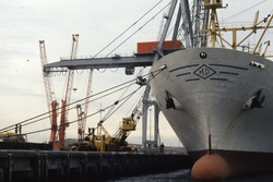 Zeeschip aan de kade in de haven van Vlissingen-Oost.