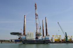 Werkschip JB 114 aan de kade bij VDS staalbouw in de Westhofhaven