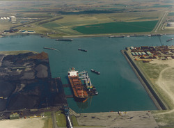 Luchtfoto van een zeeschip aan de terminal van Ovet in de Kaloothaven...