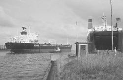 Zeeschip Norsk Barde met sleepboot op het kanaal ter hoogte van de...