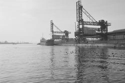 Laad- en losinstallaties van de cokesfabriek te Sluiskil.