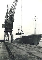 Schip aan de kade in de Zuiderkanaalhaven.