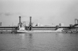 Zeeschip aan de kade van de Nederlandse Stikstof Maatschappij (NSM).