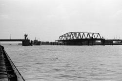 Schip vaart door de openstaande draaibrug over het kanaal bij...