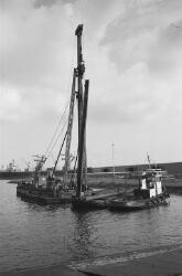 Drijvende bok van aannemingsbedrijf W.J. de Bruijn met damwandplank in...