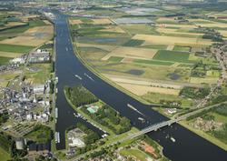 Kanaal Gent-Terneuzen bij Sas van Gent met Zijkanalen E en F.