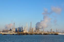 Dow Chemical gefotografeerd vanuit de Braakmanhaven. De opsteigegende...