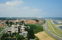 Binnenstad van Terneuzen met stadhuis en op de achtergrond Dow...