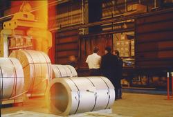 Binnen in de bedrijfsloods Outokumpu Steel Processing op de Axelse...