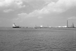 Zeeschip aan het Scheldesteiger bij Dow Chemical nabij de...