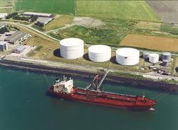 Luchtfoto van de terminal van Petroplus aan de Buitenhaven te...