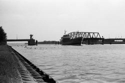 Zeeschip vaart door de draaibrug over het kanaal Gent-Terneuzen bij...