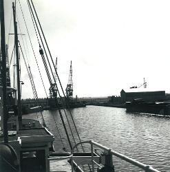 Waarschijnlijk de Zuiderkanaalhaven in Terneuzen. Op de kade staan...