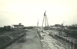 Aanleggen van de kade van de nieuwe Massagoedhaven. Op de achtergrond...