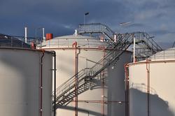 Opslagtanks van Oiltanking op de Mosselbanken.