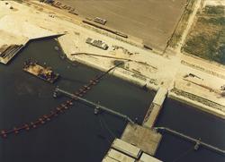 Luchtfoto van de tweede verlenging van de openbare kademuur te...