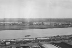 Overzichtsfoto van de Zevenaarhaven. Op de voorgrond een loods in...