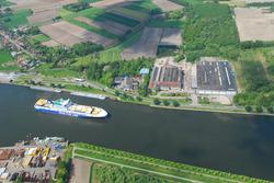Luchtfoto terrein en gebouwen glasfabriek aan de Westkade te Sas van...