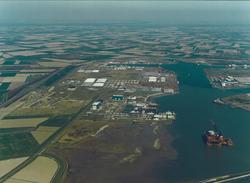 Luchtfoto haven Vlissingen-Oost met op de voorgrond de scheepswerf van...