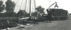 Overslag van boomstammen bij de Axelse Sassing aan Zijkanaal C.